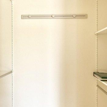 一歩中に入ると、左右に可動式で自由に高さを変えられるポールと棚が。見やすく取り出しやすいんです。