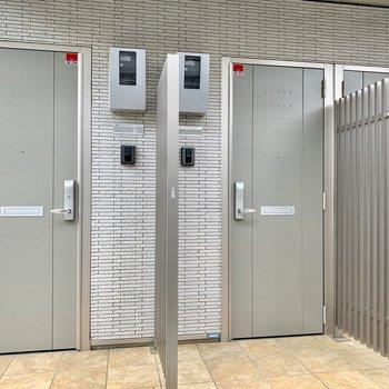 カードキー式の玄関ドアはスタイリッシュなアーバングレー。