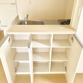 収納も兼ねたカウンター、素晴らしい!お気に入りの食器やお茶セットを入れたり。