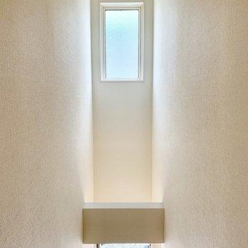 自然光の入る明るい階段を上って2階の居室へと。