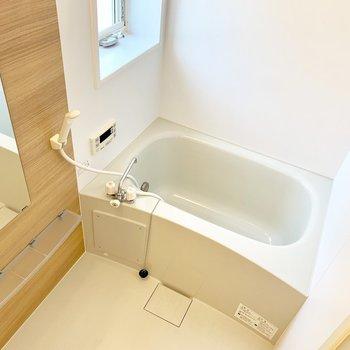 お風呂も、木目のアクセントウォールがステキ。窓もあるし、追い焚き付き♪