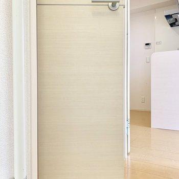 トイレのドアは半分内側に入り込むようになっている高級仕様。
