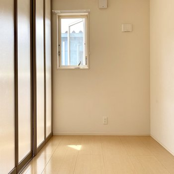 寝室は窓は小さいほうが落ち着くかもしれませんね。