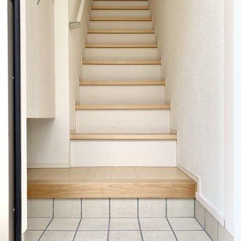 玄関は入って、手すり付きの階段が2階まで。