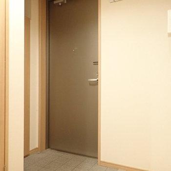 玄関はフラットなタイプ。※写真は前回募集時のものです