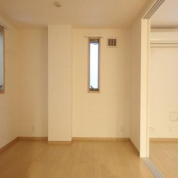【洋室】縦長の窓があります、こちらは寝室として。※写真は前回募集時のものです