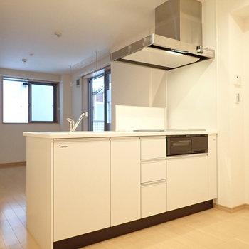 【LDK】対面キッチンは広々しているので、2人での調理もできそうです。※写真は前回募集時のものです