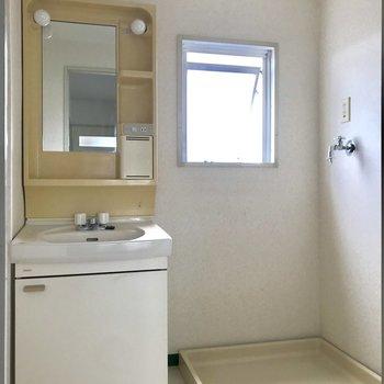 写真では見えませんが左側にスペースが。洗濯カゴを置いて脱いだらポイっとできそうです