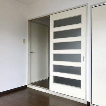 【洋室6帖】続いて白いドアを開けてお隣のお部屋へ・・