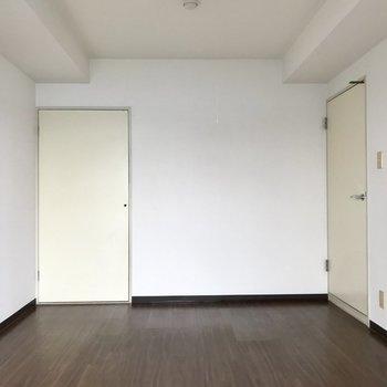 【洋室7帖】バルコニー側から。左の収納は、