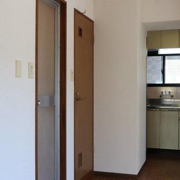 【DK】手前のドアがは浴室、奥のドアはトイレにつながります