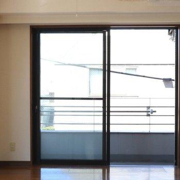 【洋室】西側の大きな窓で日当り良好