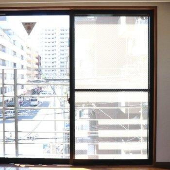 【洋室】南側の窓からも明るい日差しが