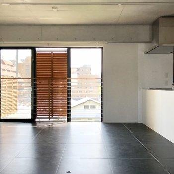 窓には木格子が。スタイリッシュ×和モダンな空間です。