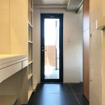 キッチンの後ろから水回りへ。扉の先はバルコニー。