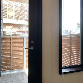 お風呂には窓と扉が。ブラインド付きなので気になる方は閉めて置きましょう。扉の先は・・・。