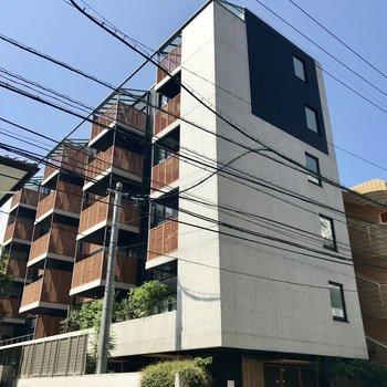 1階にはアトリエも入った、ハイセンスなマンション。
