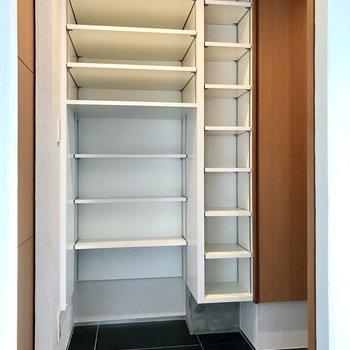 スライド式の扉をあけると大容量のシューズboxが隠れていました!可動式なのも嬉しいですね。