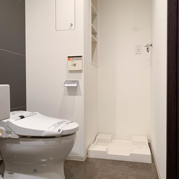 トイレ奥に洗濯機置き場です。