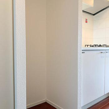キッチン左に、冷蔵庫置き場です。