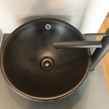 洗面台はブラックでこだわりを感じます