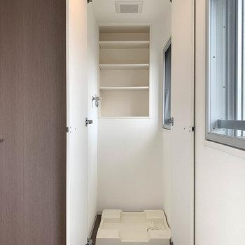 扉を開けると、洗濯機置き場が登場。