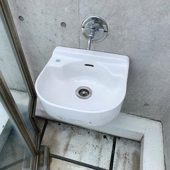 端っこにさりげなく、手洗い場が。ガーデニングにも掃除にも便利。
