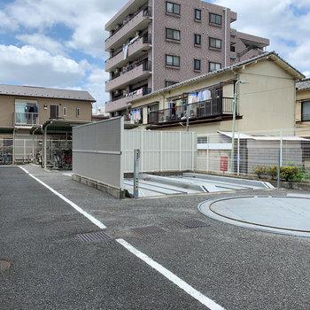 敷地裏手に駐輪場と、機械式駐車場。