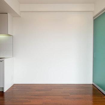 さて、お部屋に戻って参りました。キッチン横のスペース、ここにも家具置けますね〜