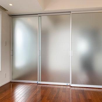 引き戸を閉めれば、2部屋に区切ることも。
