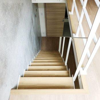 階段を下りてプライベートルームへ……