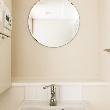【下階】鏡がまるくて可愛い!