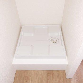 【上階】洗濯機置き場はキッチン裏にあります