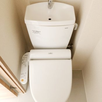 【上階】トイレは玄関の隣にあります