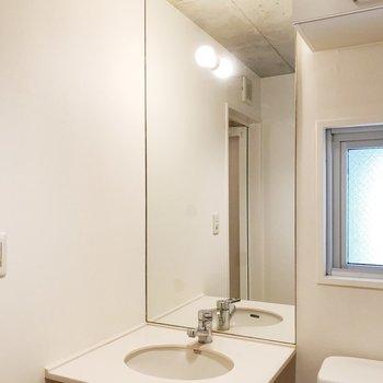【上階】ライトが明るい洗面台※写真はクリーニング前のものです