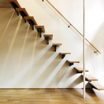 階段を下りて……
