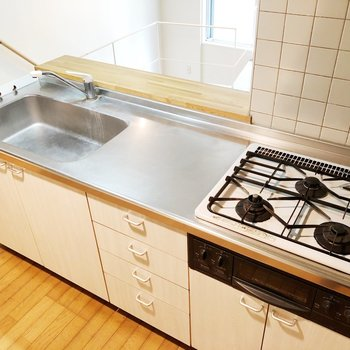 【上階】3口コンロと広い作業スペースで楽々調理できます※写真はクリーニング前のものです