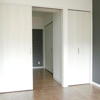 扉をあけると!あれ、隣の部屋とつながっちゃった!