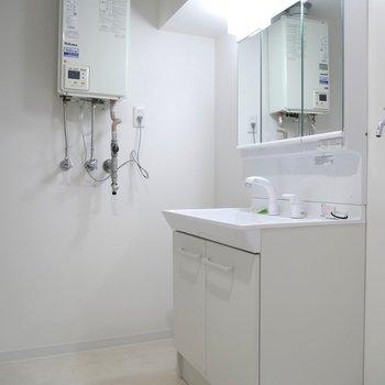 独立洗面台が嬉しい♪ライトつきですね!脱衣所もあるのはありがたい〜