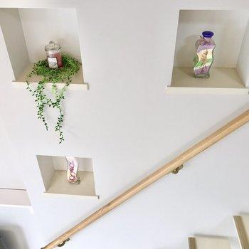 おまけ。階段横のくぼみには、こんなふうに植物のインテリアを置きたい〜