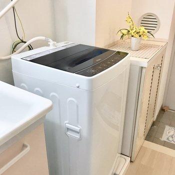 洗濯機は備え付きです。上部には小さな棚も付いていますよ。