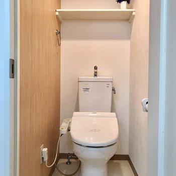 トイレの上部棚はカーテンを付けて隠しても◎
