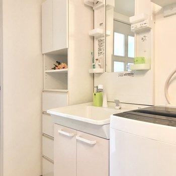 独立洗面台はお風呂場の前に。