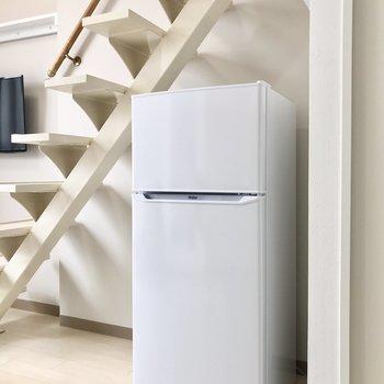 冷蔵庫は洋室階段下に。備え付きです。