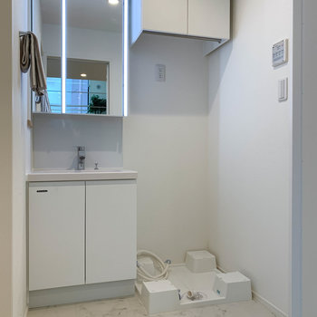 さて、脱衣所です。水回りは床の素材が変わります。※写真は2階の同間取り別部屋のものです