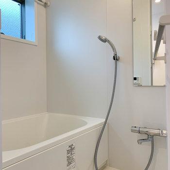 浴室乾燥、追い炊き付きの広々したお風呂。※写真は2階の同間取り別部屋のものです
