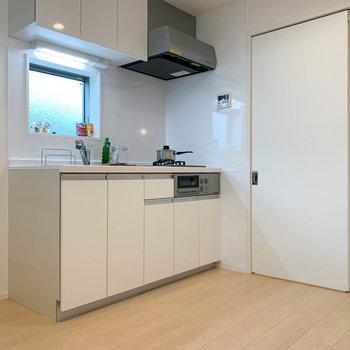 【キッチン】さて、続いてはキッチン。※写真は2階の同間取り別部屋のものです