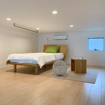 【ロフト】約8.6帖。ベッドを置いてもこの広さ。※写真は2階の同間取り別部屋のものです