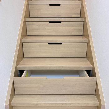 階段途中、収納できる作りになっています。※写真は2階の同間取り別部屋のものです