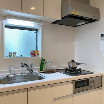 【キッチン】グリル付きのキッチン。シンクも広く洗い物がしやすそう。※写真は2階の同間取り別部屋のものです